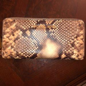 🎉 OFFER 🎉 Snake skin Michael Kors wallet